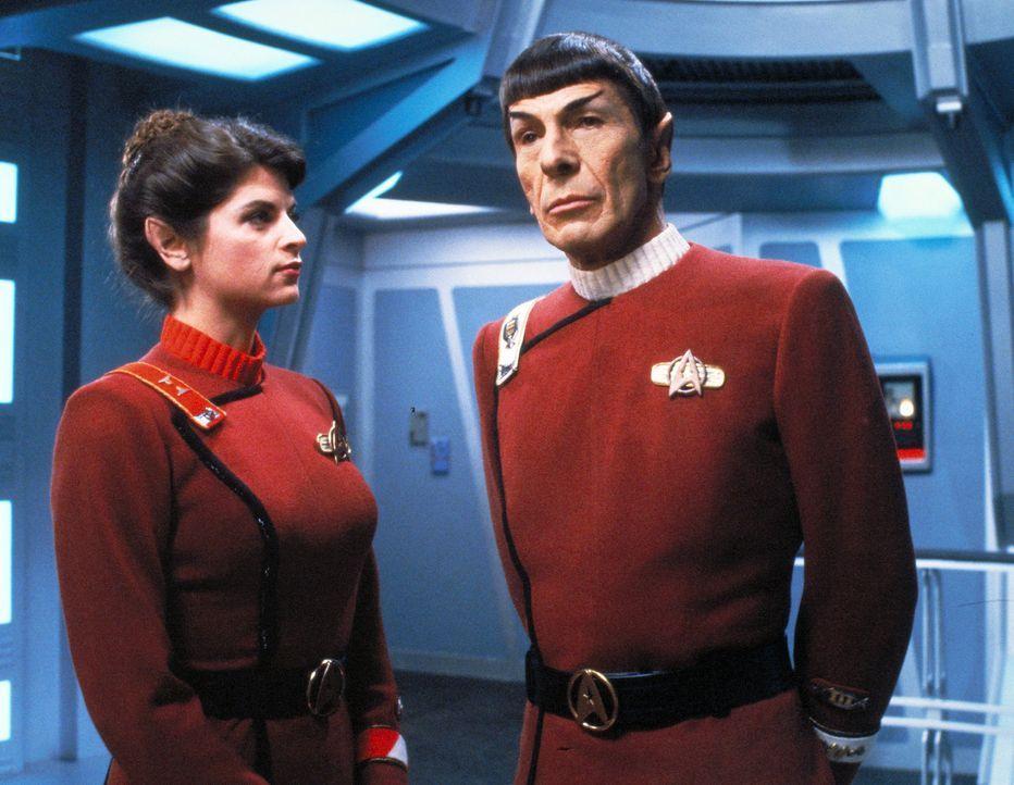 Durch Kirks Erzfeind Khan gerät das Raumschiff Enterprise in Gefahr. Mr. Spock (Leonard Nimoy, r.) berät mit Saavik (Kirstie Alley, l.), wie die E... - Bildquelle: Paramount Pictures