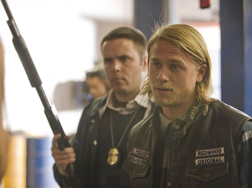 "Clay wird vom ATF zu einer Befragung mit aufs Revier genommen und so muss Jax (Charlie Hunnam, r.), der Vizepräsident der ""Sons of Anarchy"", sich u... - Bildquelle: 2008 FX Networks, LLC. All rights reserved."