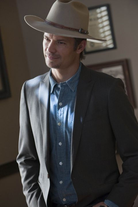 Von seiner Stiefmutter wird Raylan Givens (Timothy Olyphant) gebeten, seinen Vater aus dem Gefängnis abzuholen. - Bildquelle: 2010 Sony Pictures Television Inc. and Bluebush Productions, LLC. All Rights Reserved.
