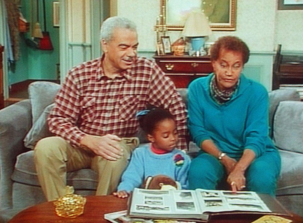 Die Großeltern Russell (Earle Hyman, l.) und Anna (Clarice Taylor, r.) versuchen Rudy (Keshia Knight Pulliam, M.) zu beschäftigen, indem sie ihr d... - Bildquelle: Viacom