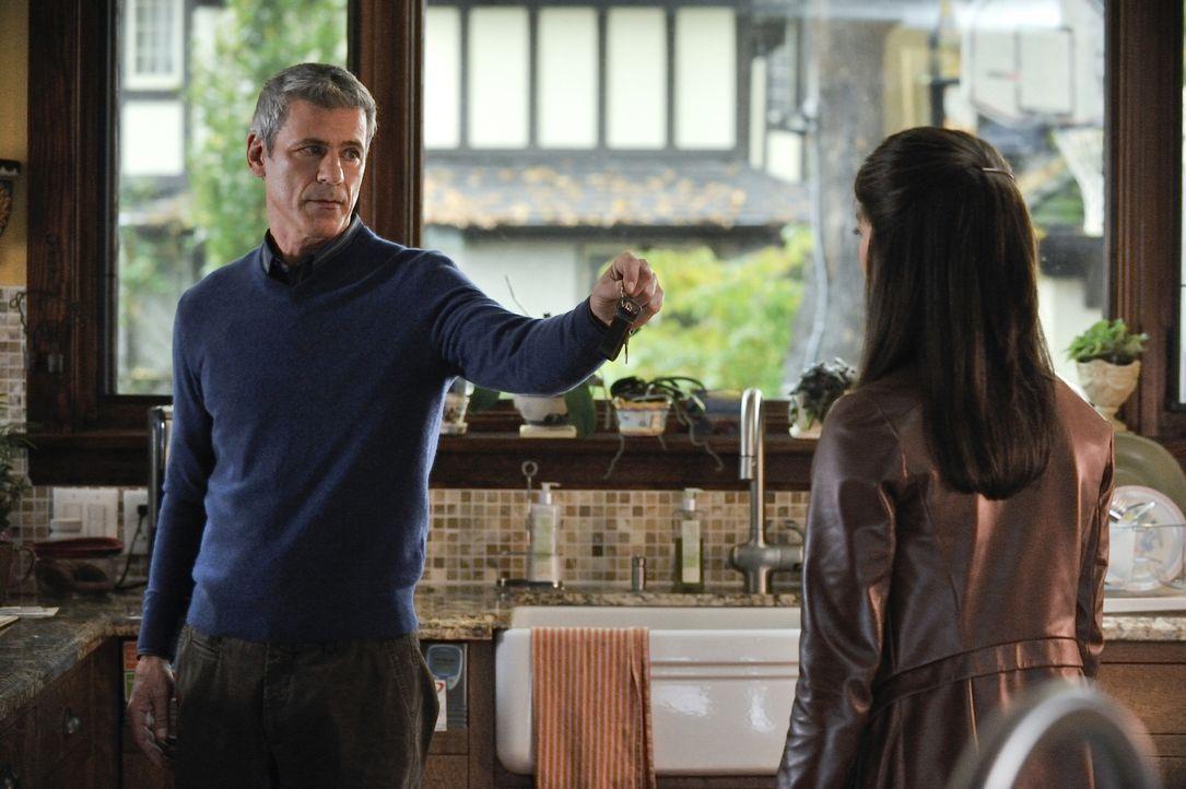 Von ihrem Vater Thomas (Rob Stewart, l.) will Cat (Kristin Kreuk, r.) mehr über die Vergangenheit ihrer Mutter erfahren ... - Bildquelle: 2012 The CW Network, LLC. All rights reserved.