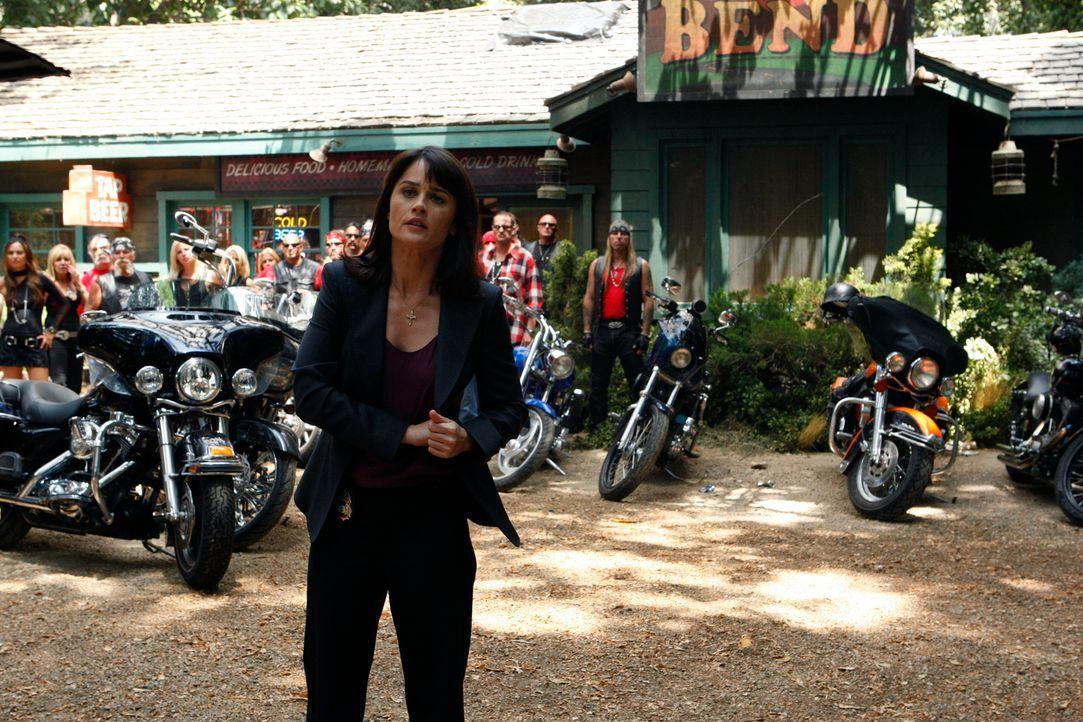 """Während sich Patrick und Teresa (Robin Tunney) ins Stammlokal der """"Sinner Saints"""" wagen und den Anführer McBride befragen, taucht  eine Frau auf dem... - Bildquelle: Warner Bros. Television"""