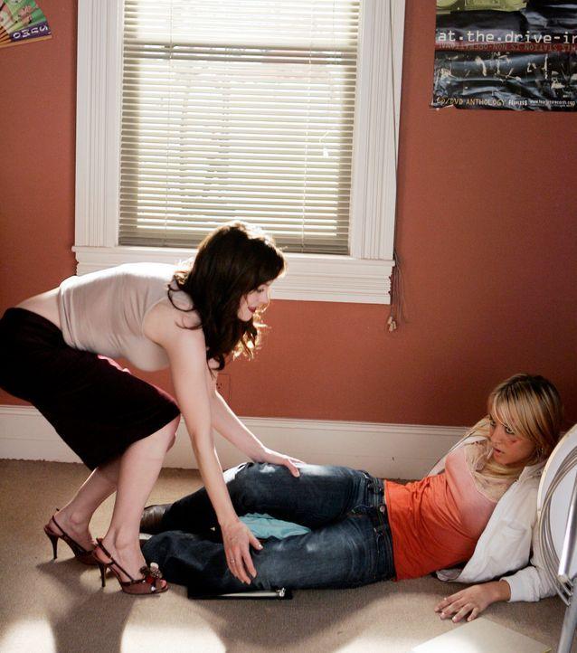 Als Paige (Rose McGowan, l.) Billie (Kaley Cuoco, r.) entdeckt, macht sie sich große Sorgen um sie ... - Bildquelle: Paramount Pictures