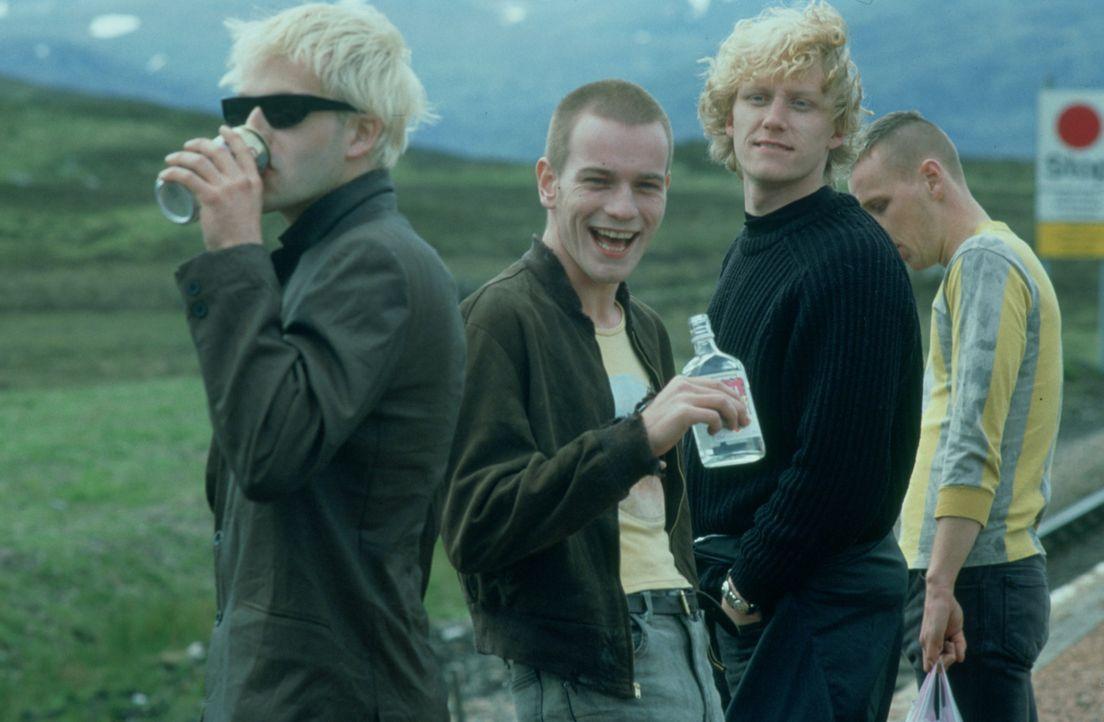 Renton (Ewan McGregor, 2.v.l.), Sick Boy (Jonny Lee Miller, l.), Spud (Ewen Bremner, r.) und Tommy (Kevin McKidd, r.) bestreiten ihren Tagesablauf m... - Bildquelle: Universal Pictures