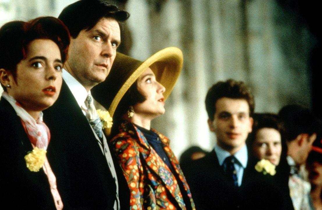 Die vierte Hochzeit: Im letzten Moment bringt David (David Bower, r.) seinen Bruder dazu, auf seine Gefühle zu hören. Verwundert verfolgen die Fre... - Bildquelle: Gramercy Pictures