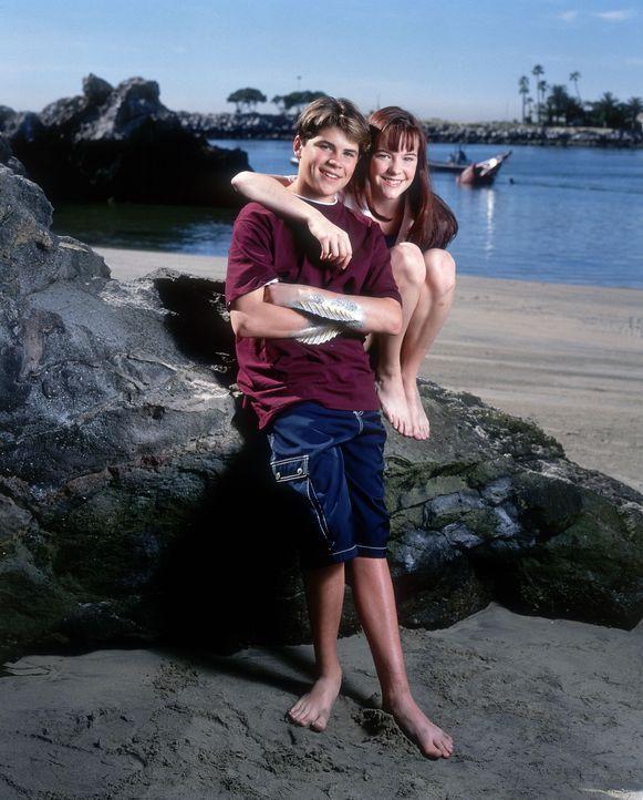 Begeben sich auf eine abenteuerliche Suche in die Vergangenheit: der 13-jährige Cody (Chez Starbuck, l.), dem Flossen und Schwimmhäute wachsen, un... - Bildquelle: Disney
