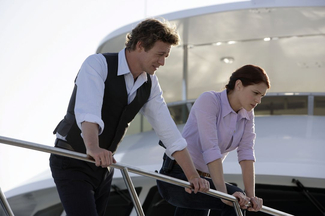 Ein neuer Fall wartet auf Patrick (Simon Baker, l.) und Grace (Amanda Righetti, r.) ... - Bildquelle: Warner Bros. Television