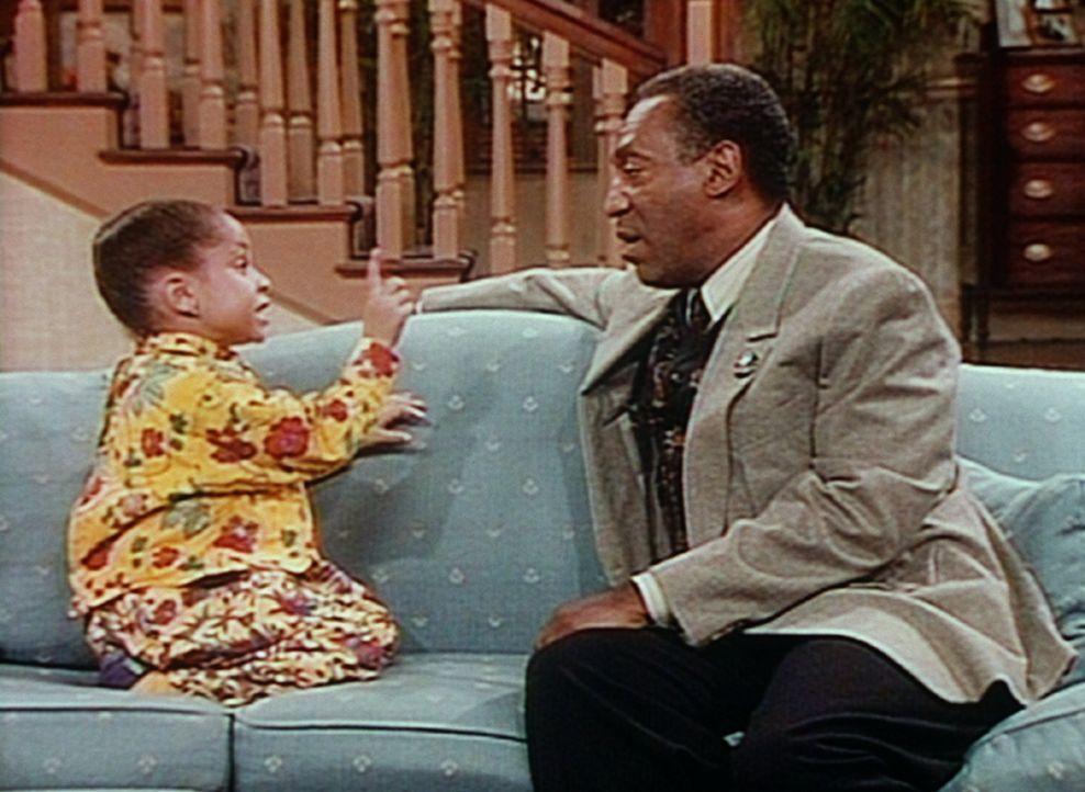 Oliva (Raven Symone, l.) klärt Cliff (Bill Cosby, r.) wieder einmal über das Leben auf. - Bildquelle: Viacom