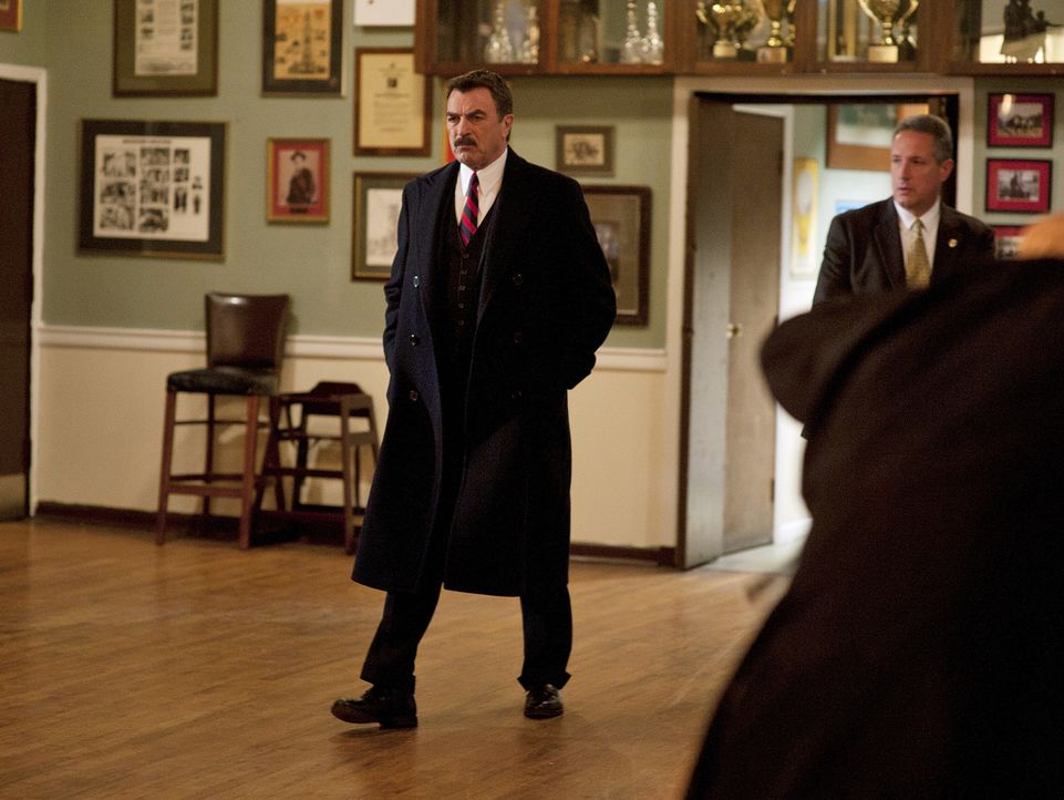Zusammen mit seiner Spezialeinheit stürmt Frank Reagan (Tom Selleck, l.) ein geheimes Treffen der blauen Templer. Wird er endlich erfahren, wer das... - Bildquelle: 2010 CBS Broadcasting Inc. All Rights Reserved