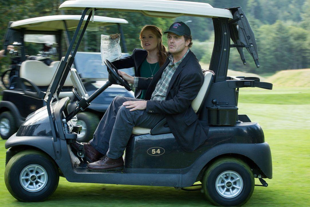 Wie ein normaler Mensch Laufen ist Backstrom (Rainn Wilson, r.) zu viel. Zusammen mit Nicole (Genevieve Angelson, l.) und einem Golfwagen verfolgt e... - Bildquelle: 2015 Fox and its related entities. All rights reserved.