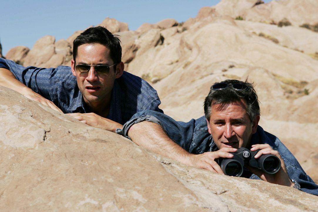 Da Danny (Enrique Murciano, l.) und Jack (Anthony LaPaglia, r.) befürchten, dass James Frau Lucy etwas mit der Entführung zu tun hat, legen sie sich... - Bildquelle: Warner Bros. Entertainment Inc.