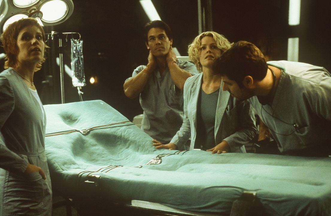 Nachdem Sebastian Caine das Serum erhalten hat, löst sich sein Körper tatsächlich vor den Augen seiner Kollegen Linda (Elisabeth Shue, 2.v.r.), C... - Bildquelle: Columbia Pictures