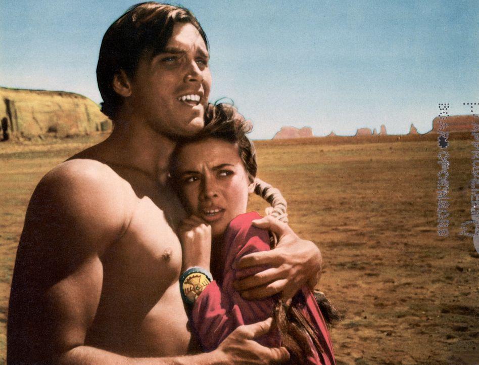 Martin Pawley (Jeffrey Hunter, l.) befreit Debbie Edwards (Natalie Wood) nach fünf Jahren aus den Fängen der Rothäute. - Bildquelle: Warner Bros.