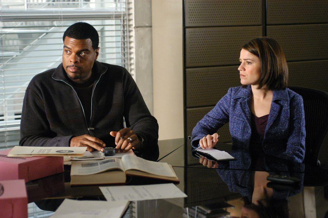 Powell (Troy Winbush, l.) und Eva (Anna Belknap, r.).stehen vor einem medizinischen Rätsel ... - Bildquelle: CBS Television