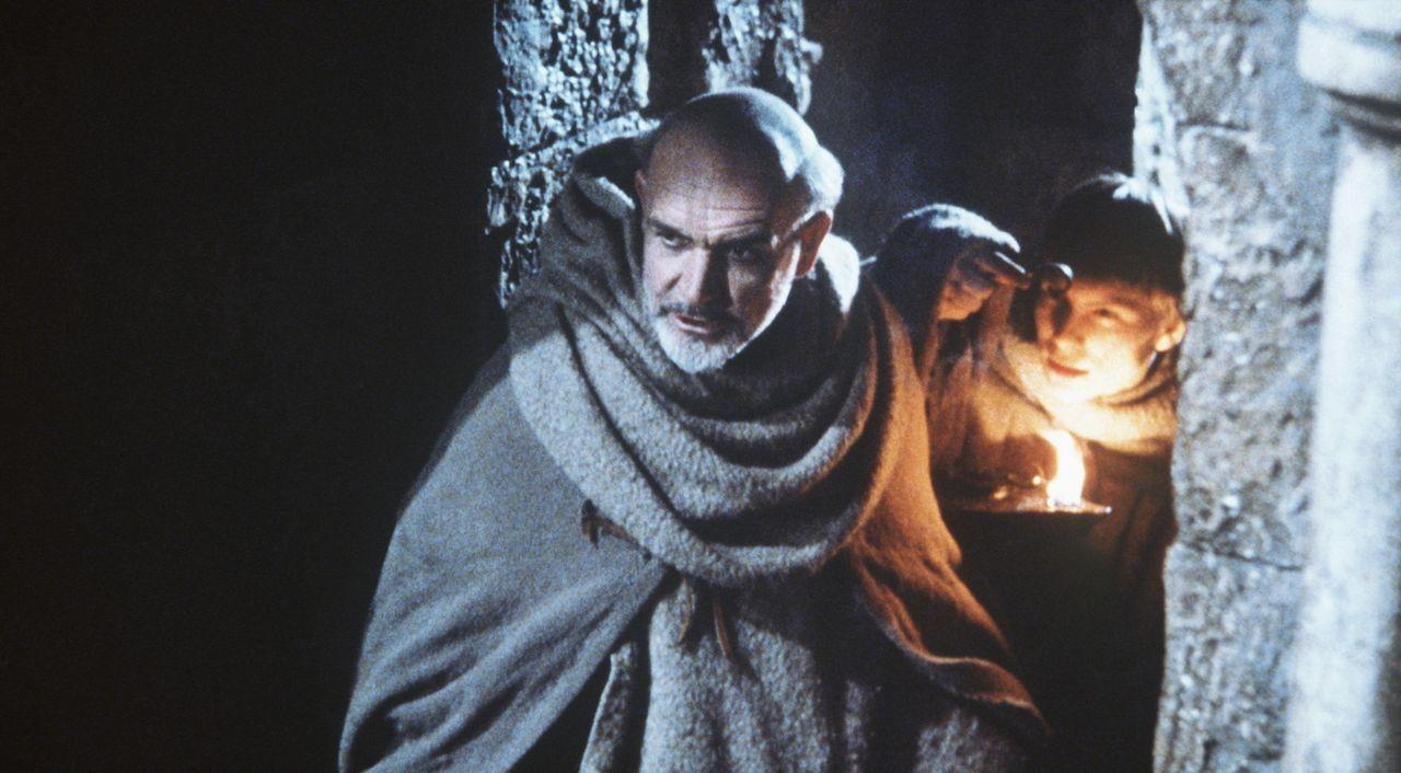Trotz des ausdrücklichen Verbotes dringen William (Sean Connery, l.) und Adson (Christian Slater, r.) heimlich in die Bibliothek ein, wo sie sich A... - Bildquelle: Constantin Film