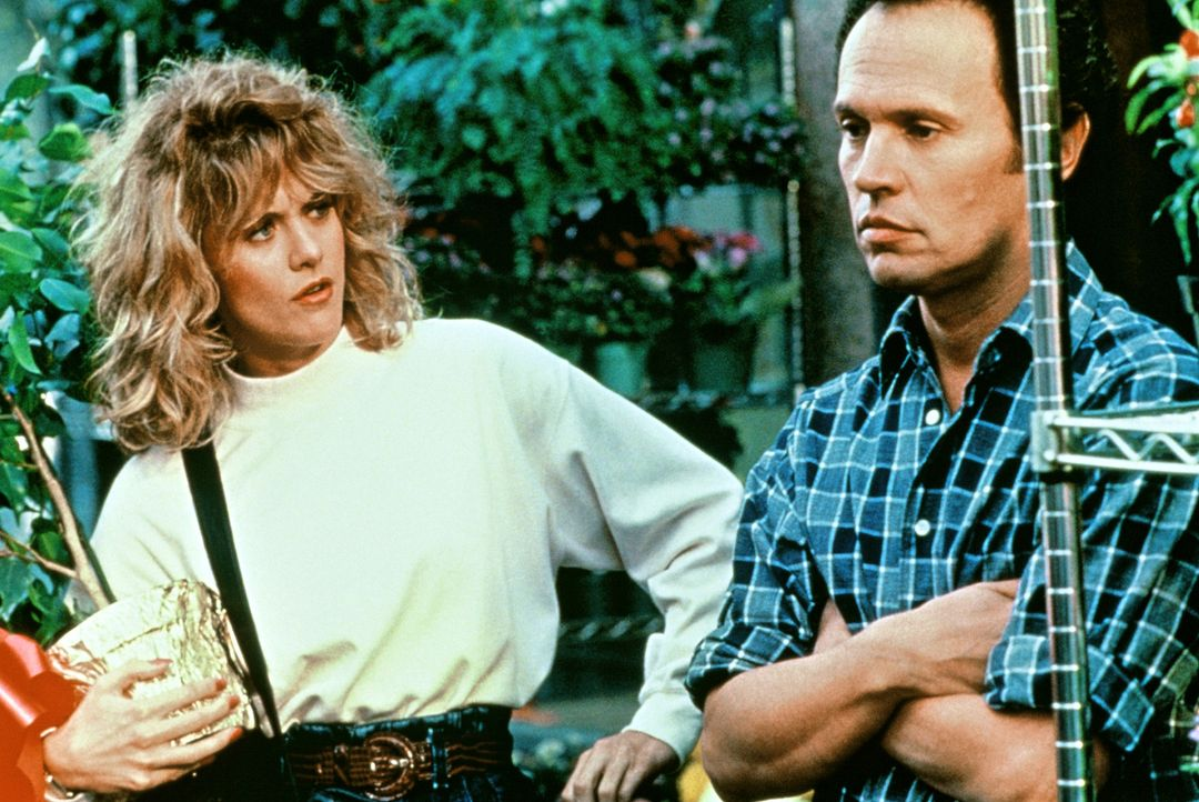 Sally (Meg Ryan, l.) kann es nicht fassen: Immer wieder enden ihre Gespräche mit Harry (Billy Crystal, r.) in Zwistigkeiten ... - Bildquelle: Castle Rock Entertainment