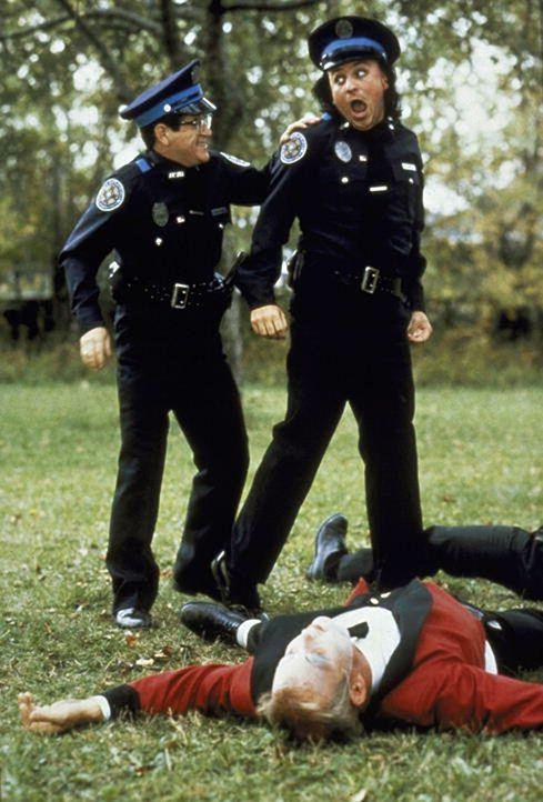 Lt. Mauser (Art Metrano, l.) geht Tacklsberry (David Graf, r.) gewaltig auf die Nerven ... - Bildquelle: Warner Bros.