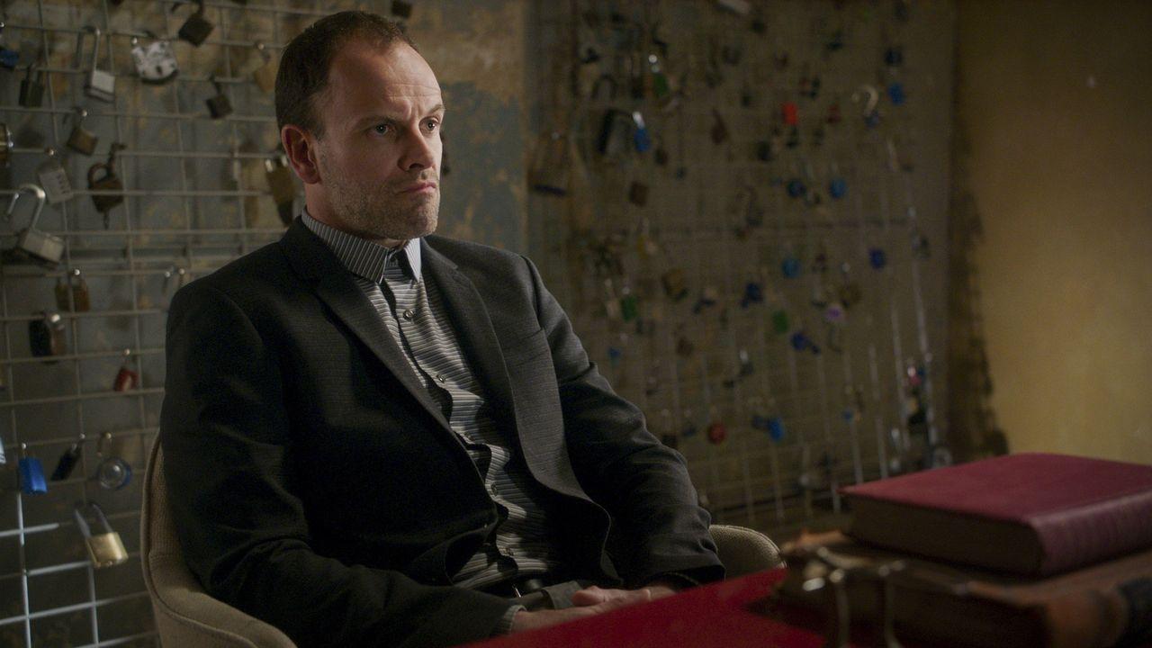 Ist ein Meister im logisch Denken und Kombinieren: Holmes (Jonny Lee Miller) ... - Bildquelle: 2017 CBS Broadcasting, Inc. All Rights Reserved.