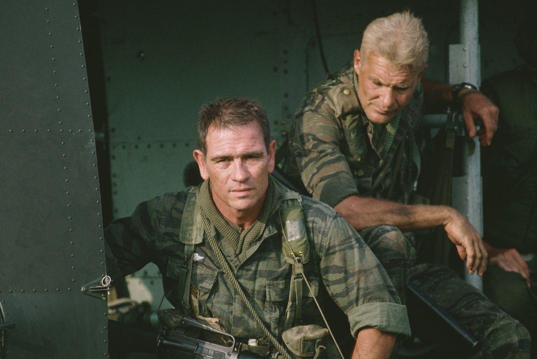 Der Vietnamkrieg hinterlässt auch bei den Soldaten Larry (Dale Dye, r.) und Steve (Tommy Lee Jones, l.) seine Spuren ... - Bildquelle: Warner Bros.