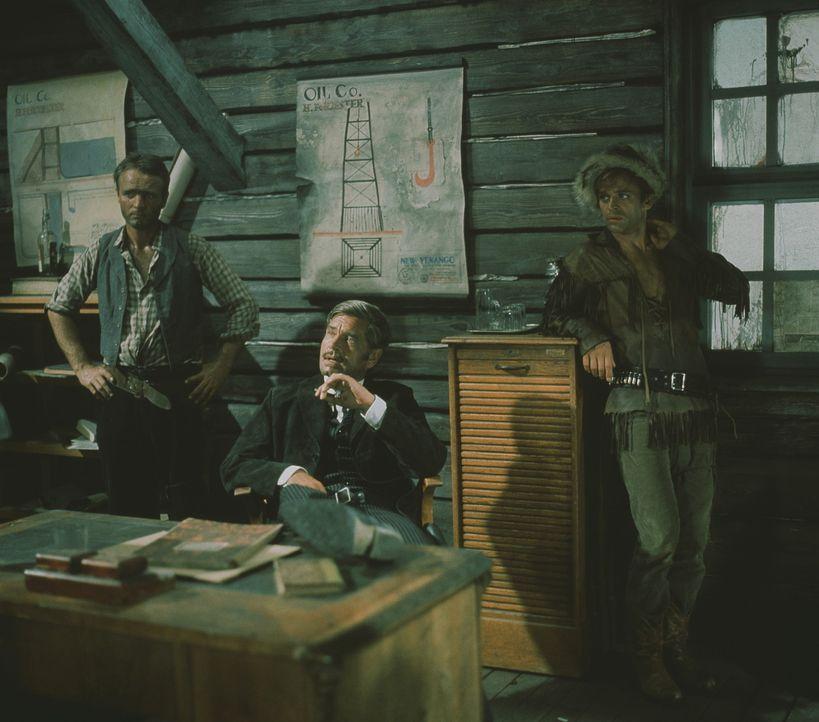 Der machthungrige Forrester (Anthony Steel, M.) und sein finsterer Handlanger Luke (Klaus Kinski, r.) wissen genau, was für sie gut ist: Unruhe zwi... - Bildquelle: Columbia Pictures