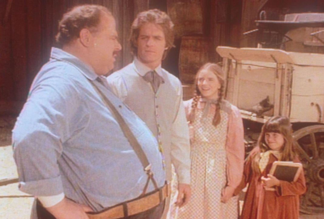 Adam (Linwood Bommer, 2.v.l.) weiß die wohltätige Hilfe von John (Cliff Emmich, r.) zu schätzen. Laura (Melissa Gilbert, 2.v.r.) und Carry (Linds... - Bildquelle: Worldvision