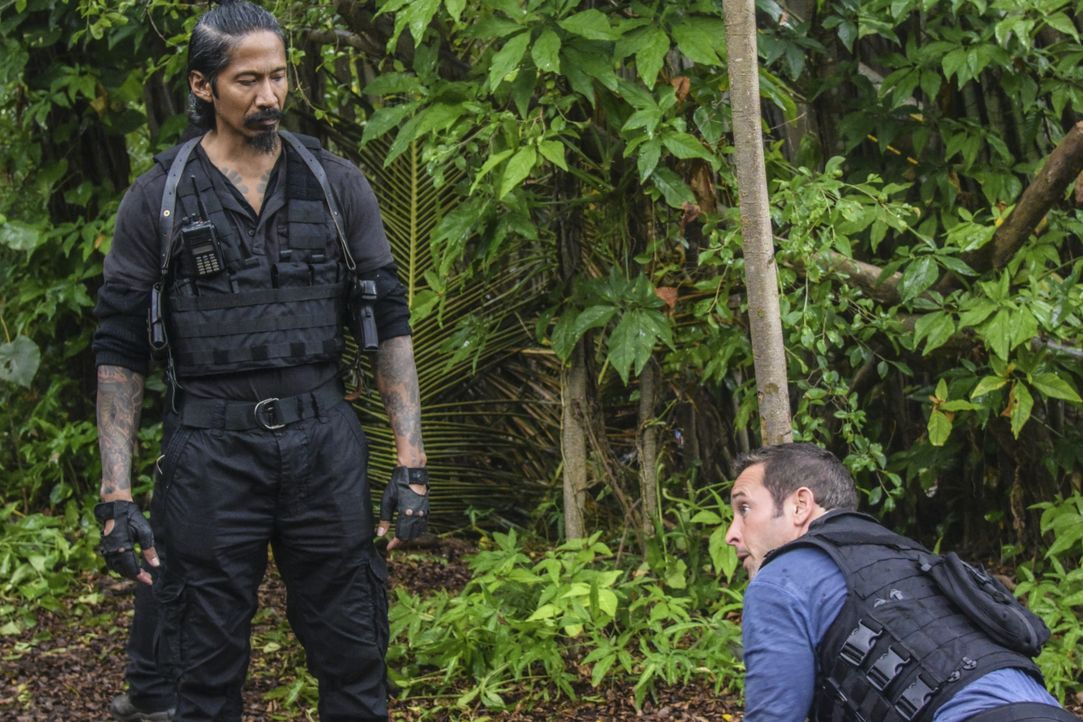Steve (Alex O'Loughlin, r.) und sein Team werden entführt und starren dem sicheren Tod ins Auge, als sie dem gefährlichen Widersacher Michelle Shiom... - Bildquelle: Norman Shapiro 2016 CBS Broadcasting, Inc. All Rights Reserved / Norman Shapiro