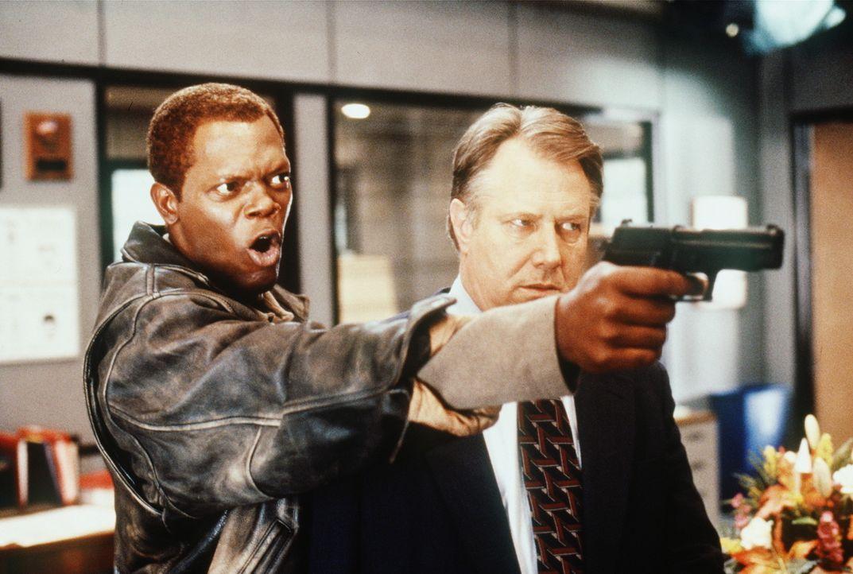 Auch der Internal-Affairs-Inspektor Niebaum (J. T. Walsh, r.) befindet sich in der Gewalt von Geiselexperte Danny Roman (Samuel L. Jackson, l.). Fü... - Bildquelle: TM+  Warner Bros.