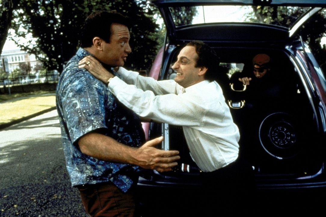 Schon bald gehen dem Werbemanager Daniel Miller (David Paymer, r.) die Nerven durch. Wütend attackiert er seinen Entführer Franklin (Tom Arnold, l... - Bildquelle: Warner Bros.