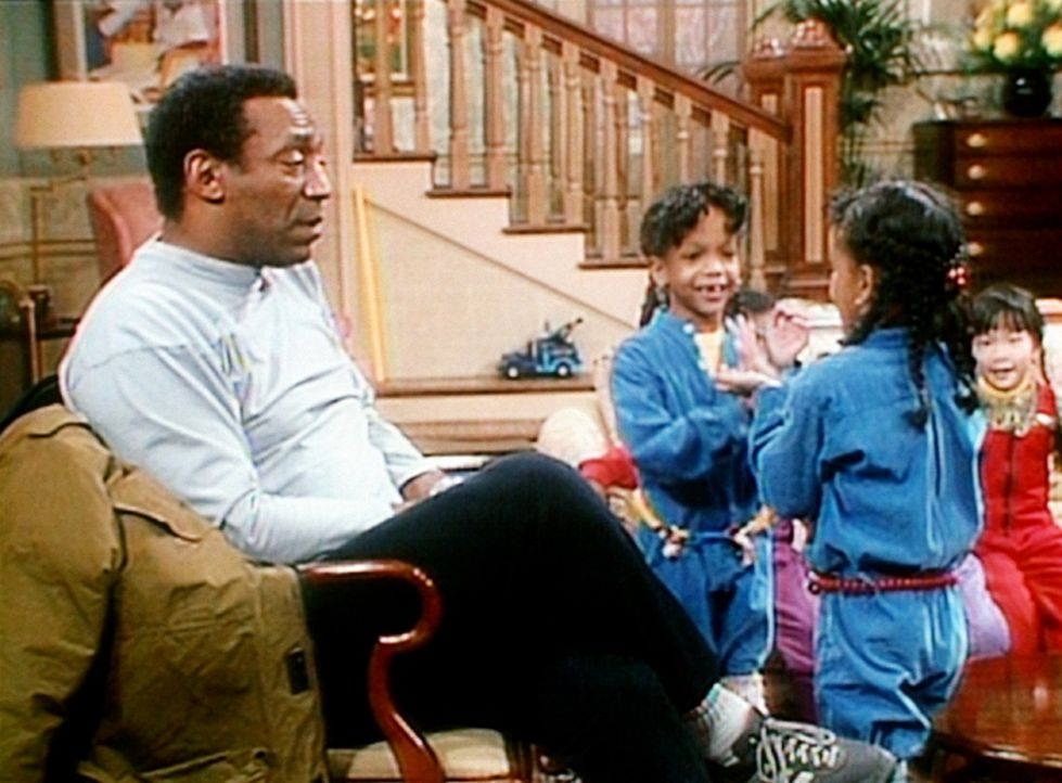 Cliff (Bill Cosby, l.) und die Zwillinge Dana und Kyle (Dana und Kyle Bryant, r.) dürfen bei den Huxtables übernachten. - Bildquelle: Viacom