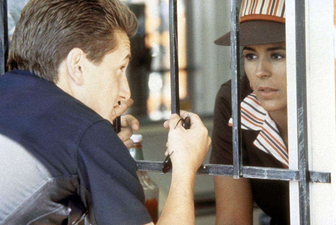 Louisa Gomez (Maria Conchita Alonso, r.) ist zwar in den Polizisten Danny McGavin (Sean Penn, l.) verliebt. Aber auch er ist für sie nur ein Gangste... - Bildquelle: Orion Pictures Corporation
