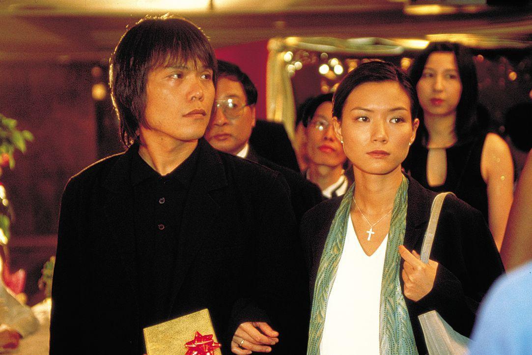 Auf der Geburtstagsparty des mächtigen Triaden Hong geraten dessen Tochter (Candy Lo, r.) und Schwiegersohn Jack (Wu Bai, l.) mitten in einen mörder... - Bildquelle: 2003 Sony Pictures Television International. All Rights Reserved.