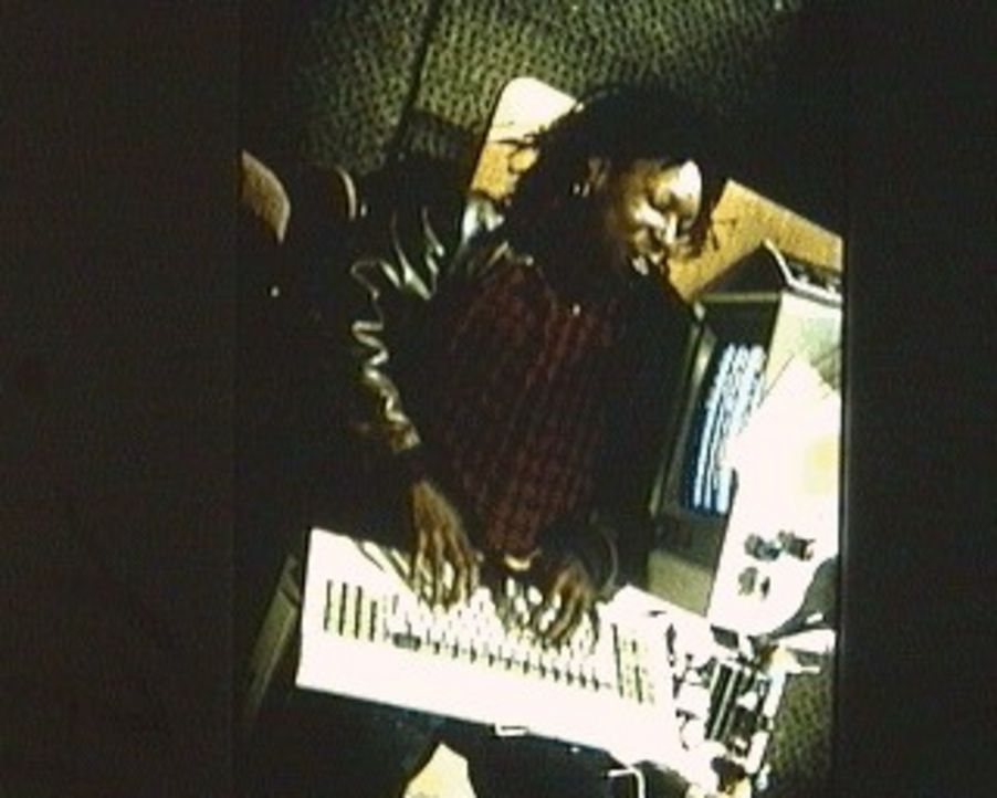 Die fröhliche Terry (Whoopi Goldberg) arbeitet am Computer im Großraumbüro einer Bank - ein eher eintöniger Job, den die einfallsreiche Frau jed... - Bildquelle: 20th Century Fox