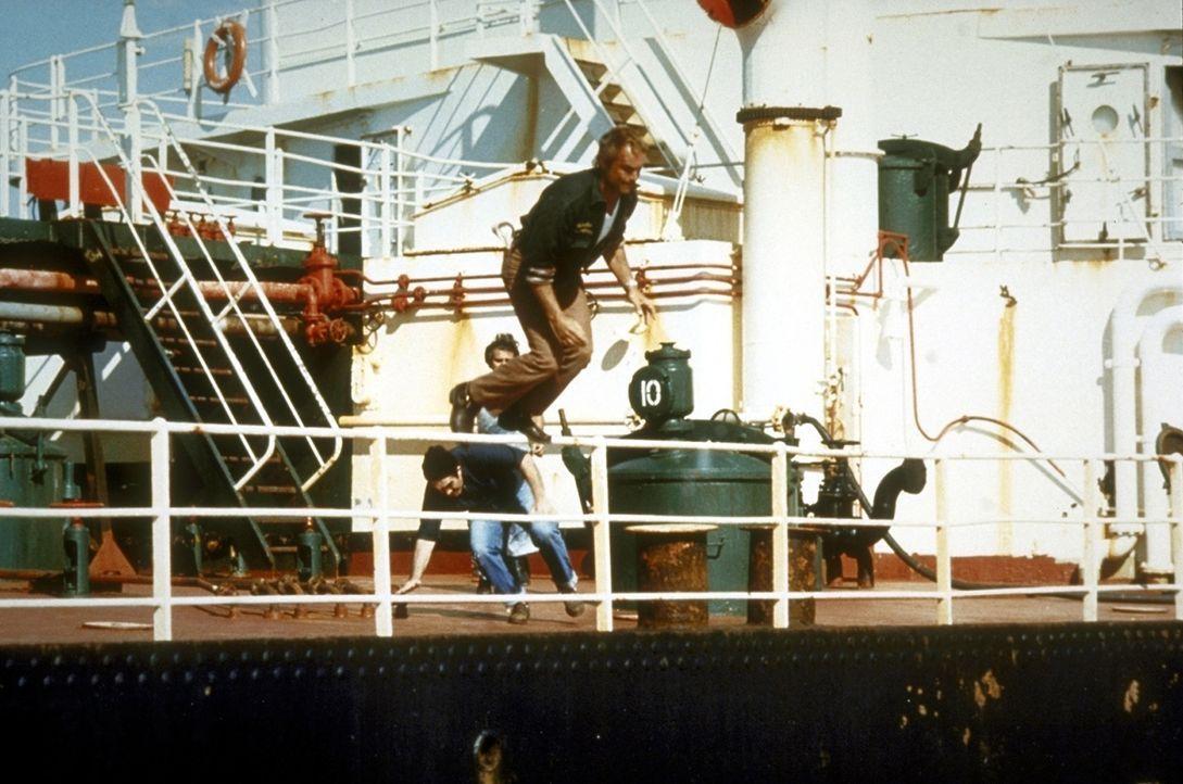Flucht nach vorn: Der Ganove Matt (Terence Hill) muss sich in Sicherheit bringen ... - Bildquelle: Warner Bros. GmbH
