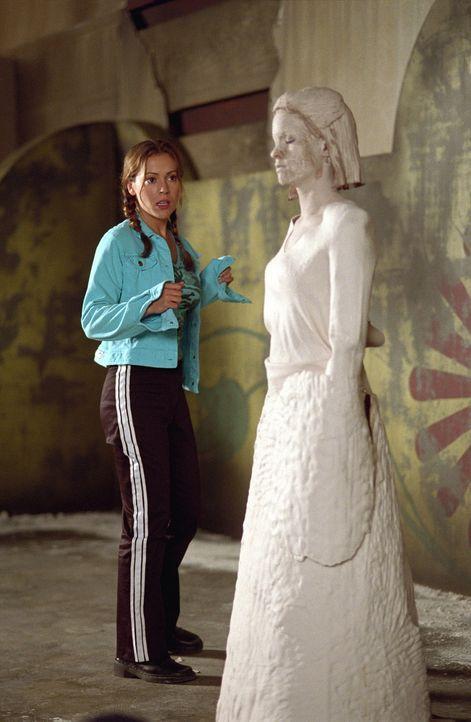 Phoebe (Alyssa Milano) stellt fest, dass das Haus von einem Dämonen bewohnt wird, der Frauen schrumpft und sie in Tonfiguren verwandelt. - Bildquelle: Paramount Pictures