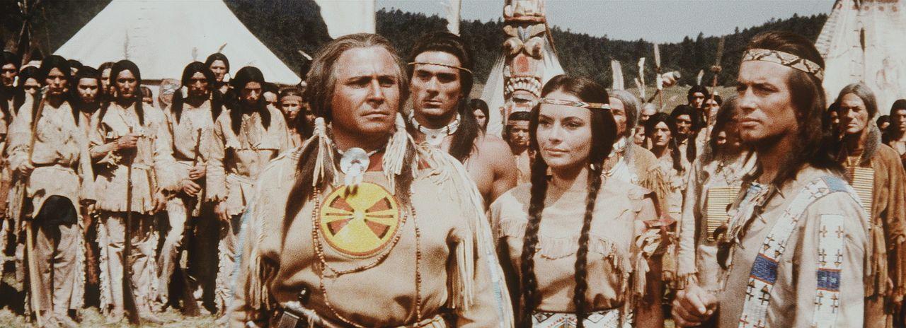 Erste Friedensverhandlungen drohen, zu scheitern. Da kommt auf Winnetou (Pierre Brice, r.) und Ribanna (Karin Dor, M.) eine schwere Entscheidung zu... - Bildquelle: Columbia Pictures