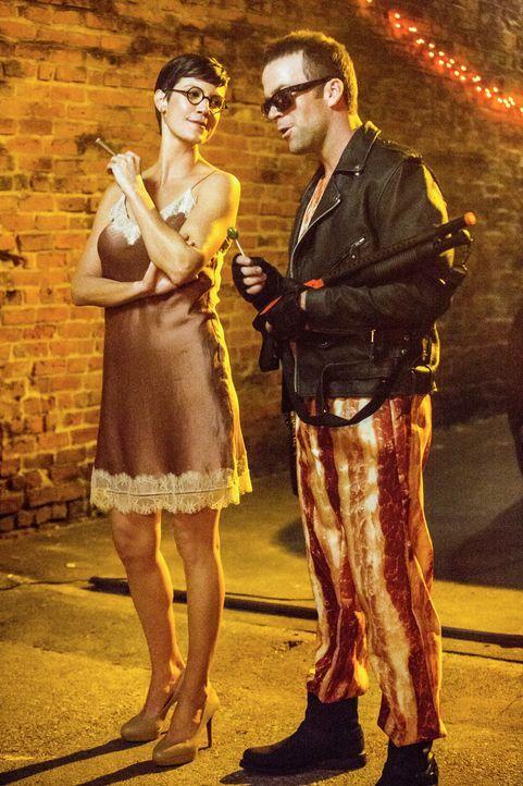 Nach getaner Arbeit, können Brody (Zoe McLellan, l.) und Lasalle (Lucas Black, r.) selbst Halloween feiern ... - Bildquelle: 2014 CBS Broadcasting Inc. All Rights Reserved.