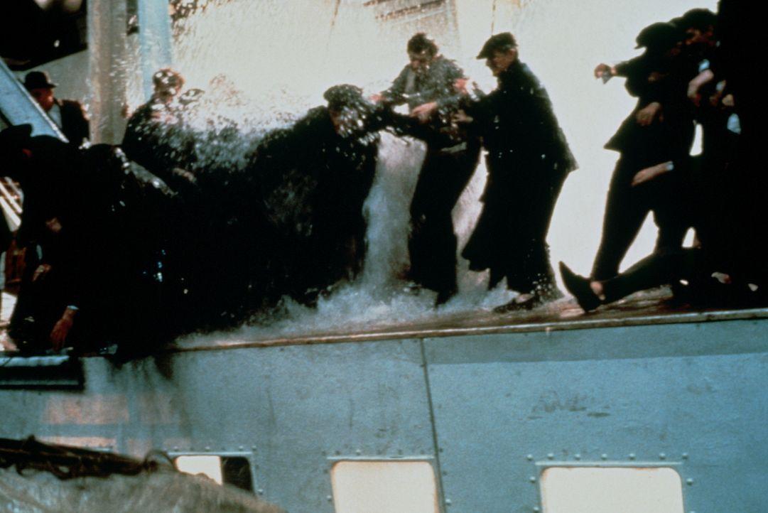 Als die Titanic zu sinken droht, bricht auf dem Schiff Panik aus, denn zu allem Übel sind zu wenig Rettungsboote vorhanden ... - Bildquelle: American Broadcasting Company