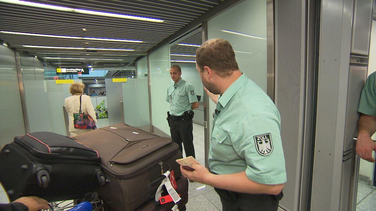 Flughafen Düsseldorf - Drehscheibe zur Welt. Michael Prybusch und Marcel Spreyer vom Zoll haben das Gepäck der ankommenden Passagiere im Visier ... - Bildquelle: kabel eins