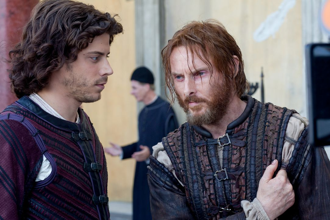 Seine Rache ist alles andere als süß: Cesare (Francois Arnaud, l.) will - mit Hilfe seines Handlangers Micheletto (Sean Harris, r.) - die Untaten... - Bildquelle: Jonathan Hession LB Television Productions Limited/Borgias Productions Inc./Borg Films kft/ An Ireland/Canada/Hungary Co-Production. All Rights Reserved.