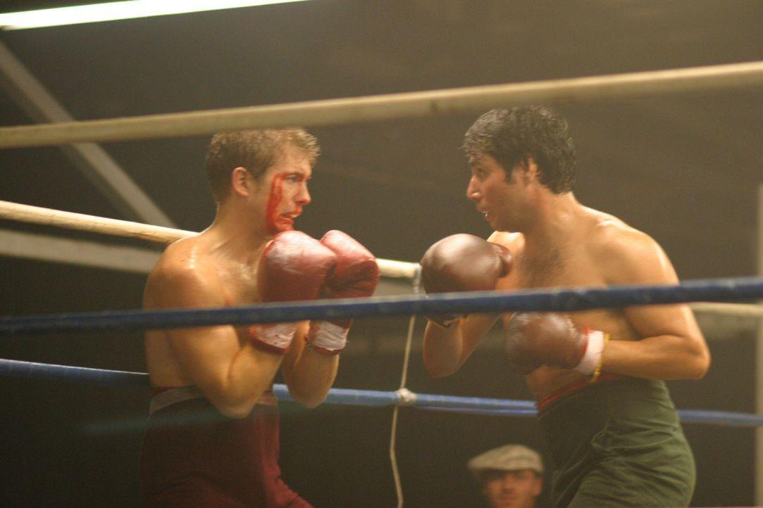 1976: Im Boxring gibt Jerry Stone (Mark Lawson, l.) sein Bestes - doch wird das ausreichen, um den Kampf zu gewinnen? - Bildquelle: Warner Bros. Television