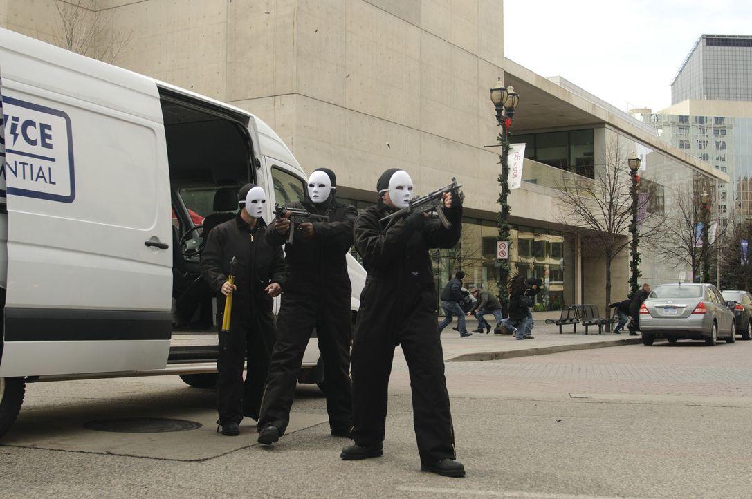 Die drei Gauner Vincent (Ryan Phillippe, l.), Dave (Brett Granstaff, r.) und Sonny (50 Cent, M.) aus Detroit überfallen mittags in der Innenstadt mi... - Bildquelle: Ascot Elite Home Entertainment GmbH