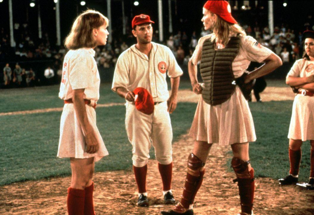 Jimmy Dugan (Tom Hanks, M.) hat viel Mühe, die erbitterte Rivalität der beiden Schwestern Kit (Lori Petty, l.) und Dottie (Geena Davis, r.) unter... - Bildquelle: Columbia Pictures