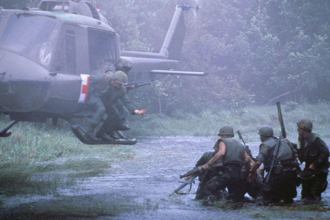Grüne Hölle Vietnam: Lt. Knights Leute sollen ein vietnamesisches Dorf beschützen, das vom Vietcong bedroht wird ... - Bildquelle: Cannon Film Distributors