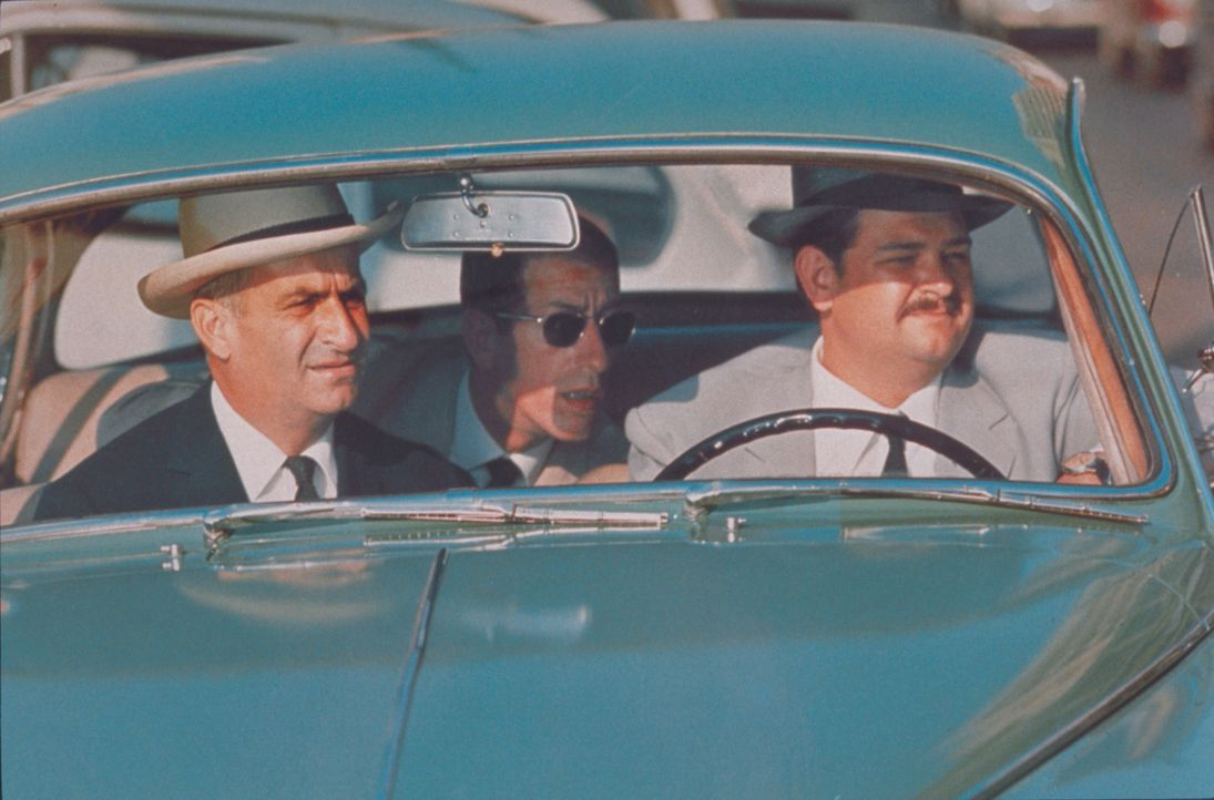 Ein chaotisches Trio: Léopold Saroyan (Louis de Funès, l.), La Souris (Walter Chiari, M.) und Mario Costa (Pierre Roussel, r.) jagen ihrem Schmuggle... - Bildquelle: Royal Films International