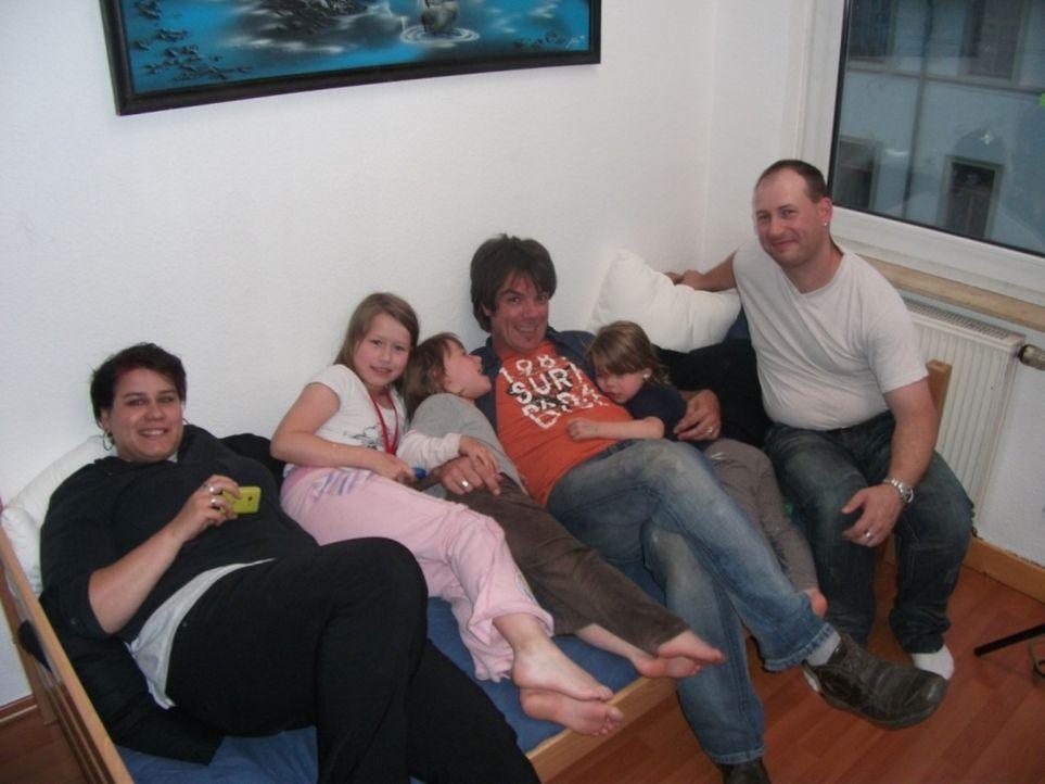 Vater Silvio (r.) unterliegt dem Frauenregime, denn er wohnt mit seiner Frau und seinen fünf Töchtern in einer Wohnung - einer rosaroten Glitzerwe... - Bildquelle: kabel eins