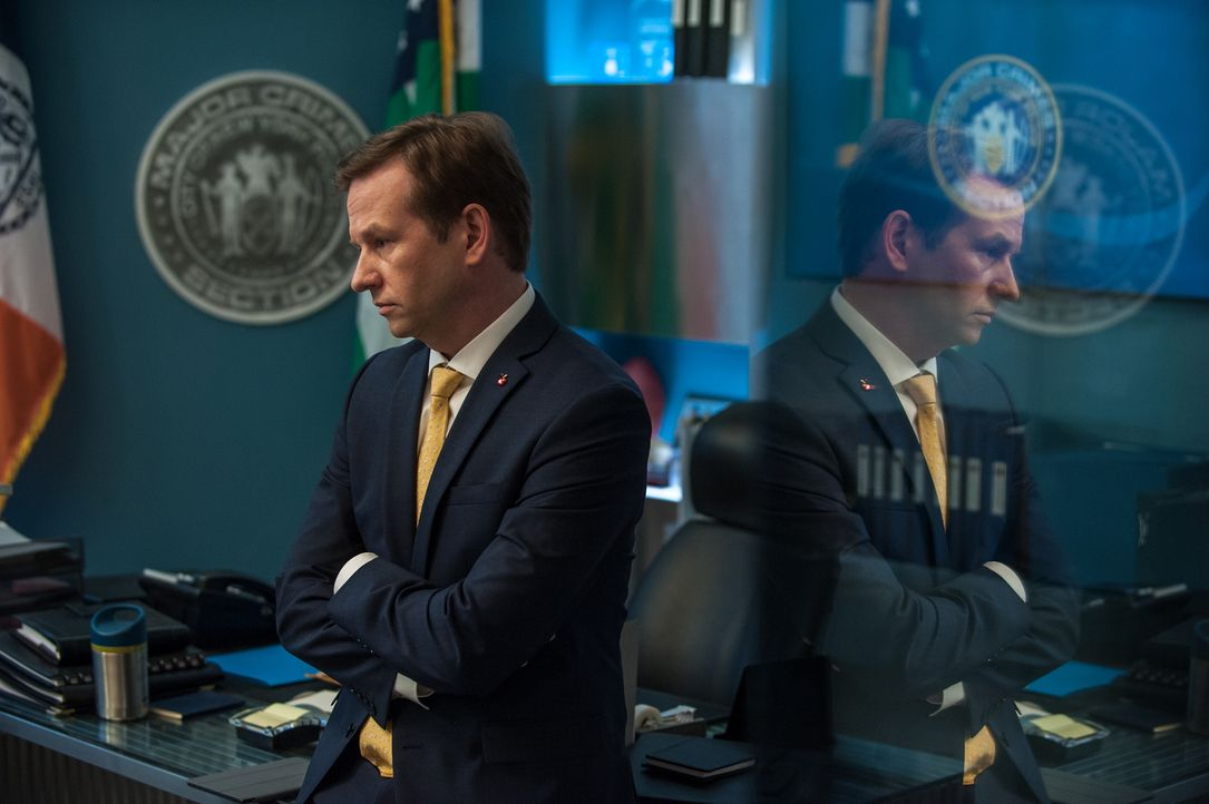 Nachdem ein Wissenschaftler, der Carrie zuvor untersucht hatte, ermordet aufgefunden wurde, beginnen die Ermittlungen. Eliot Delson (Dallas Roberts)... - Bildquelle: 2013 Sony Pictures Television Inc. All Rights Reserved.