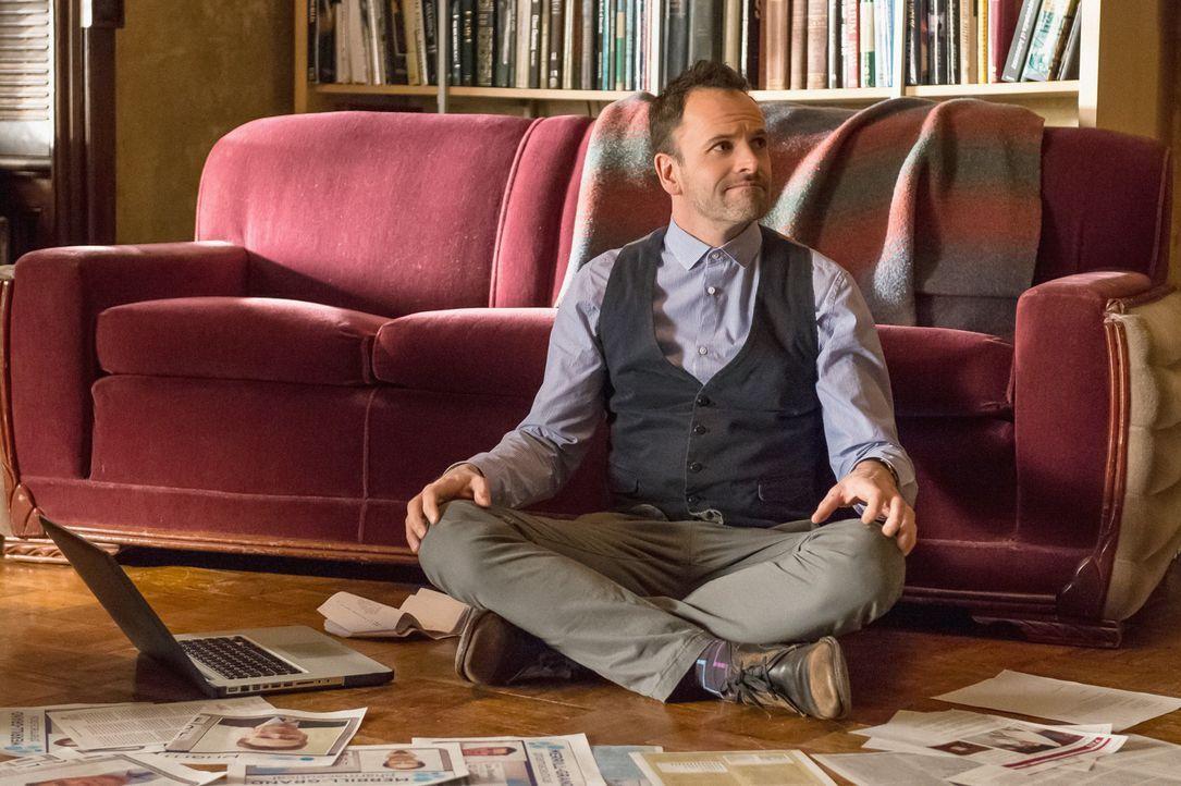 Taucht tief in die Recherche zum Mordfall Barry Granger ein: Sherlock Holmes (Jonny Lee Miller), der jeden Zeitungsartikel über Granger und seine Er... - Bildquelle: Jeff Neumann CBS Television