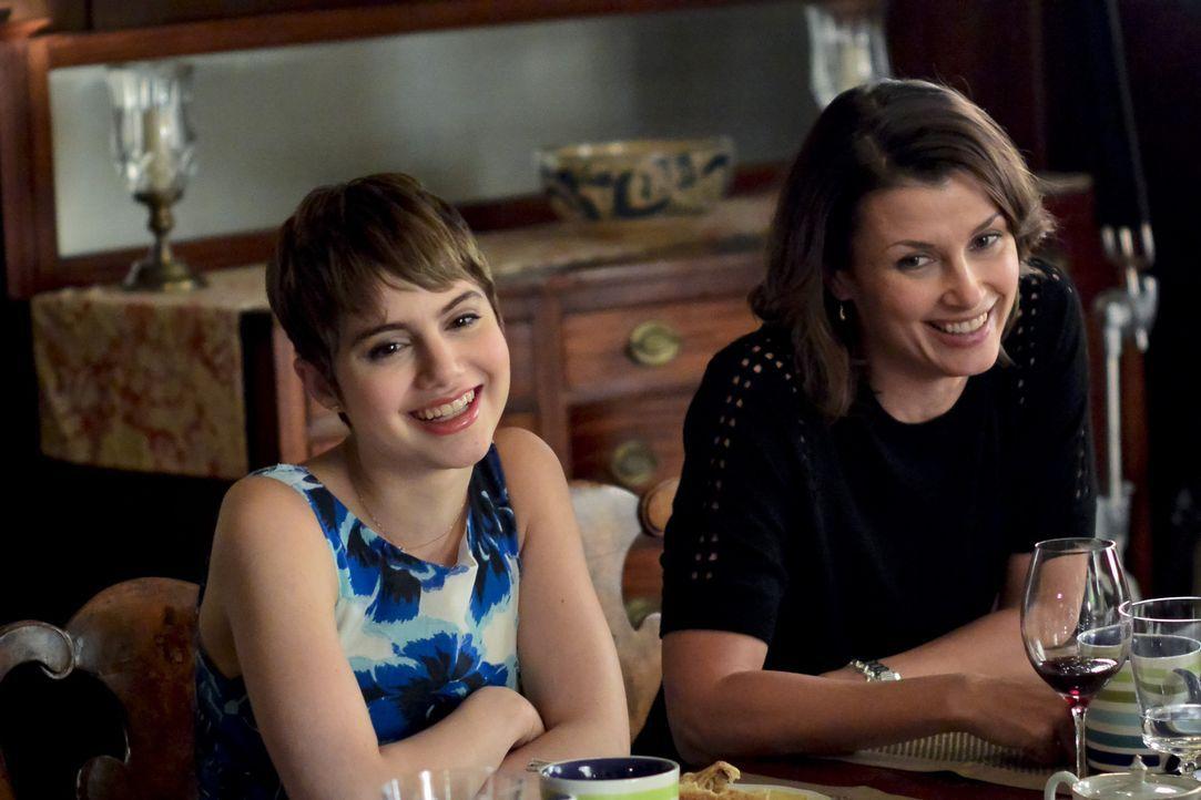 Erin (Bridget Moynahan, r.) und ihre Tochter Nicky (Sami Gayle, l.) genießen die gemeinsame Zeit ... - Bildquelle: 2013 CBS Broadcasting Inc. All Rights Reserved.