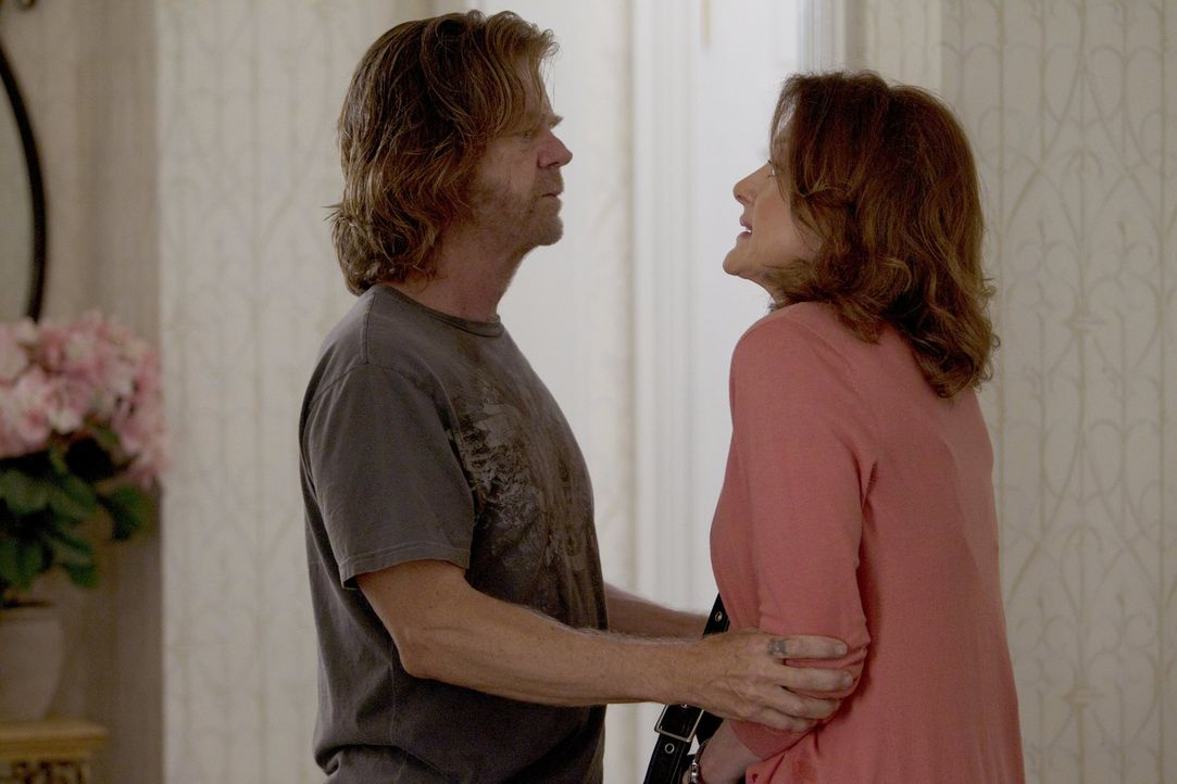 Im Hause Jackson scheint niemand so richtig traurig zu sein, dass Sheilas (Joan Cusack, r.) Mann Eddie tot aufgefunden wurde. Frank (William H. Macy... - Bildquelle: 2010 Warner Brothers