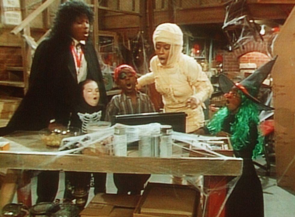 Der Keller des Hauses Huxtable wird zum Spukschloss. Auch Theo (Malcolm-Jamal Warner, l.) und Vanessa (Tempsett Bledsoe, 2.v.r.) haben noch Spaß an... - Bildquelle: Viacom